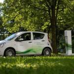 In einem Pilotprojekt zeigt Siemens, dass die Vision vom Elektroauto jetzt schon Realität geworden ist. Das Unternehmen baut eine Elektroflotte von insgesamt 100 Fahrzeugen auf, die von Mitarbeitern erprobt und getestet werden. Bei 4-S (4-Sustainelectromobility) steht das Zusammenspiel zwischen Infrastruktur und Elektroautos im Mittelpunkt. Hier geht es neben der Erprobung der Komponenten sehr konkret um die Erforschung und Entwicklung neuer Geschäftsmodelle. Siemens geht davon aus, dass in absehbarer Zeit weltweit mehr als eine Million Elektroautos fahren und Teil eines Smart Grid sein werden.