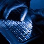 haker-hacker-rekawiczki-laptop-latarka-ciemno-660