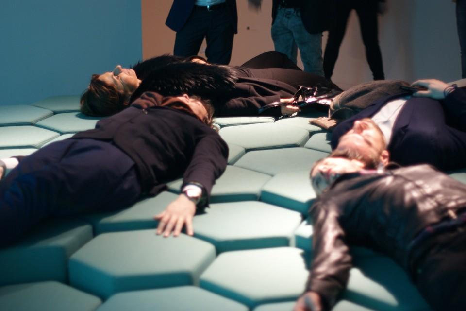 """""""Умен"""" диван се управлява през смартфона (видео)"""