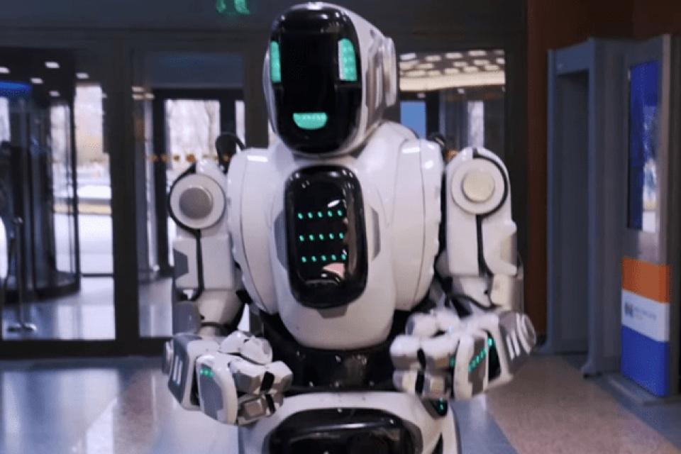 Най-модерният робот на Русия се оказа човек в костюм