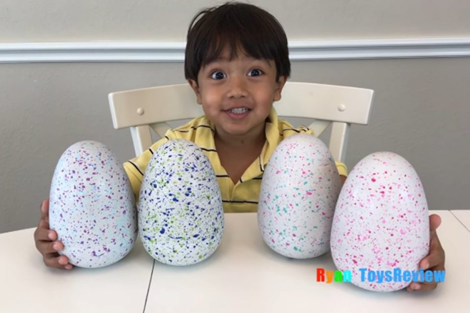 7-годишно момче прави 22 милиона долара годишно в YouTube с ревюта на играчки