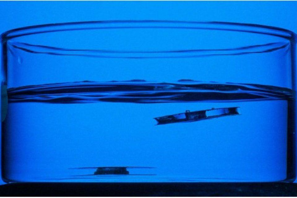 Вижте как парче метал отказва да потъне във водата (видео)