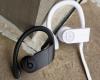 Apple работи върху нови слушалки Powerbeats