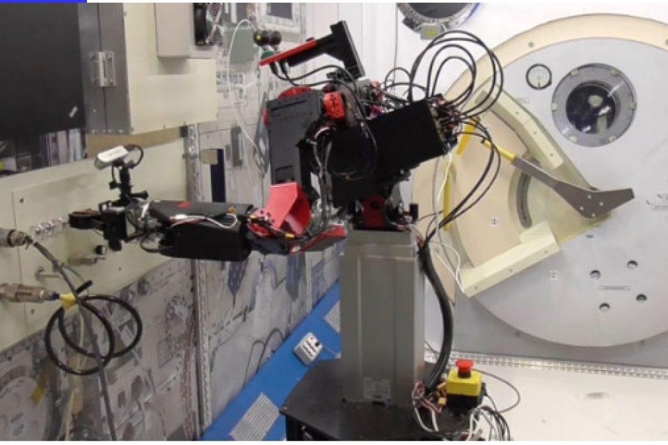 Японски стартъп иска да замени астронавтите с космически роботи