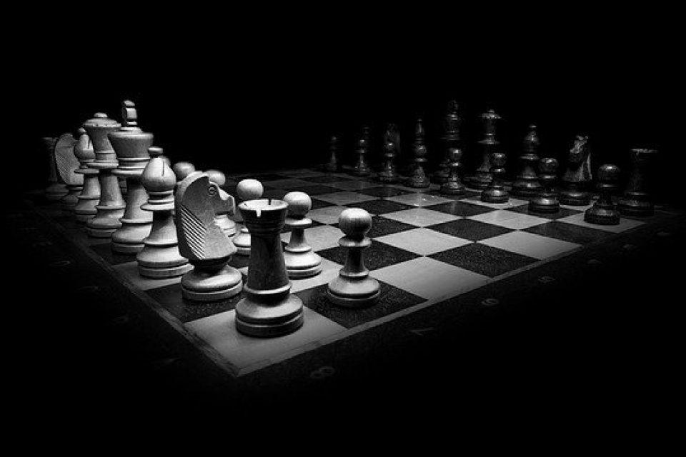 Премахват правилото белите фигури в шаха да започват първи?