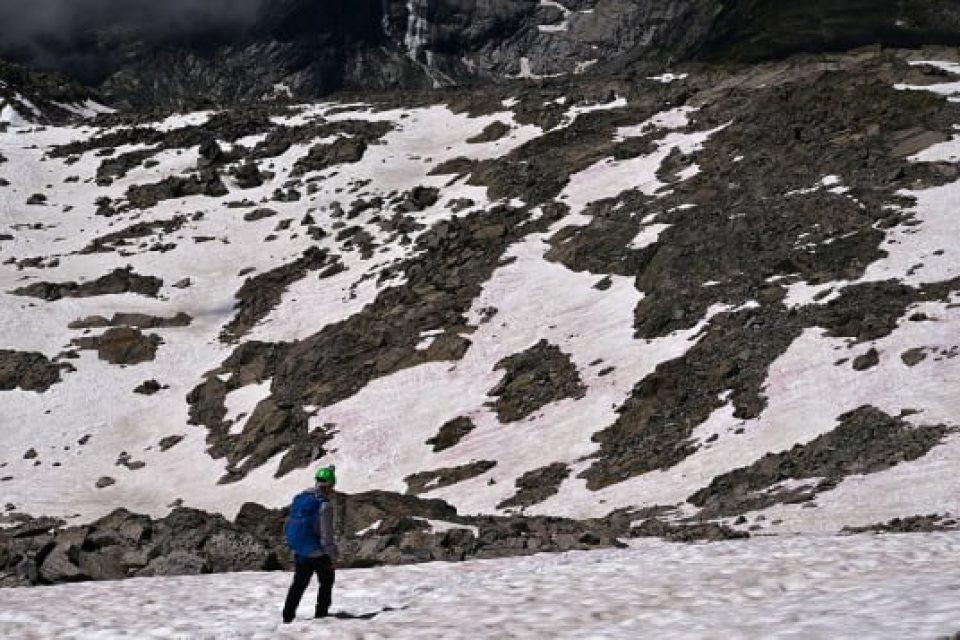 Италиански ледник става розов… и това не е добра новина