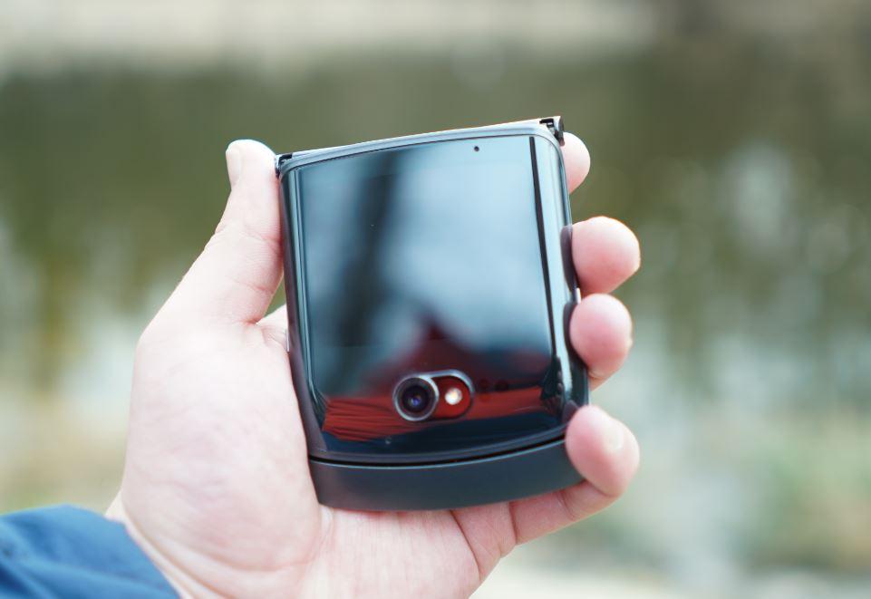 motorola razr 5G foldable phone zatvoren
