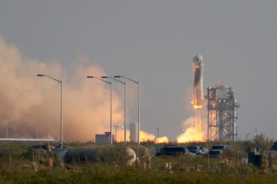Джеф Безос излетя в Космоса с частната си ракета (Видео)