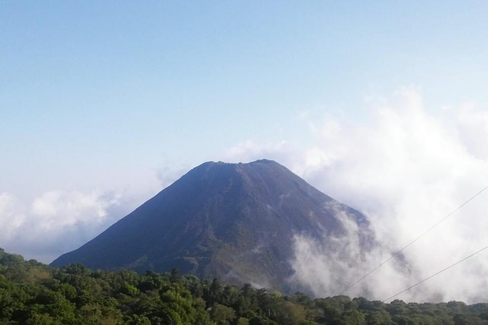 Ел Салвадор добива биткойн с енергия от действащ вулкан